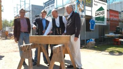 v.l.: Architekt Dirk Jost, Hans-Jürgen Thom, Zimmermann Gerd Pütz und Dieter Spindler